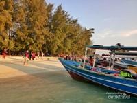 Kapal-kapal wisatawan di Pulau Kayu Angin, Kepulauan Seribu