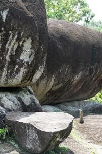 Patahan batunya saja muat diduduki 5-6 orang manusia dewasa
