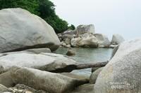 Ternyata nggak cuma di bukit, di lautan pun ada! Anehnya sejak dulu sampai sekarang, kok bisa ya batu-batu ini tidak habis terkikis?