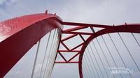 Jembatan ini Melengkuh dan ada