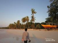 Pantai Bara yang terletak di sisi barat Tanjung Bira
