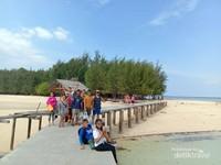 Pulau Saronde, pantainya indah dan sangat bersih