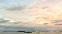 Langit yang mulai menguning di Pulau Lae-Lae