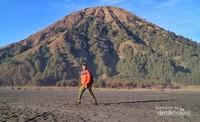 Foto dengan background Gunung Batok juga oke kok