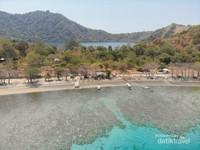 Pulau kecil yang mempunyai danau indah tepat di tengahnya
