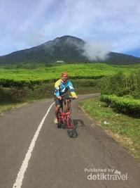 Bersepeda di kawasan kebun teh.