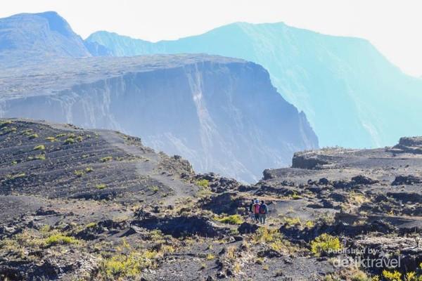 Kawah super luasnya yang menjadi pemandangan ikonik di Gunung Tambora