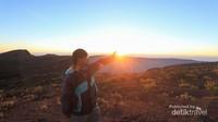 Empat jam perjalanan dari pos 5 kita akan bertemu dengan kawah Tambora, yang berarti puncak hanya tinggal sedikit lagi