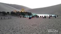 Danau Bulan Sabit dan Pagoda di kelilingi gurun pasir bernyanyi