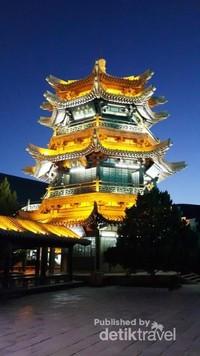 Indahnya pagoda di malam hari