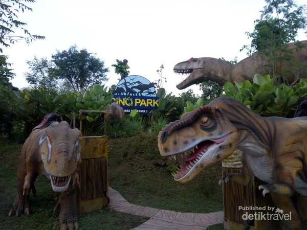 Dino Park adalah salah satu wahana di Jatim Park 3 yang terletak di Batu, Jawa Timur. Dari namanya saja sudah bisa ditebak kalau primadona wahana ini adalah dinosaurus.
