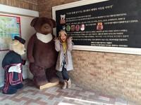 Foto bareng Teedy Bear yang berukuran besar