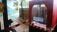 Pengunjung harus membayar tiket sebesar Rp 20.000 untuk masuk dalam taman miniatur kereta api