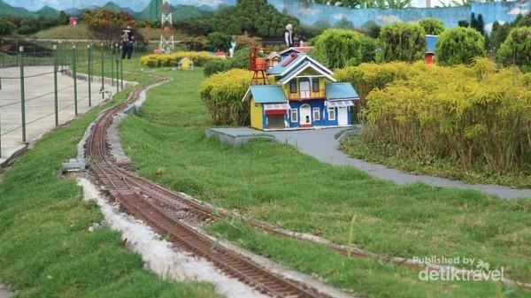 Miniatur pedesaan yang dilewati oleh jalur kereta api