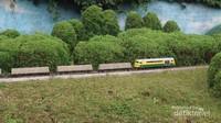 Tidak hanya kereta penumpang, ada juga miniatur kereta barang yang dioperasikan