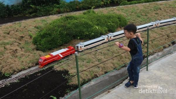 Anak-anak pasti senang diajak bermain ke taman miniatur kereta api ini