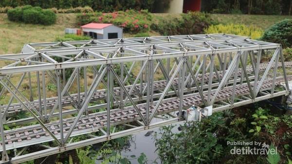 Jembatan di taman ini dibuat mirip aslinya, lengkap dengan teknisi yang seakan sedang memperbaiki jembatan