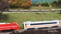 Saat kereta penumpang dan kereta barang bersimpangan