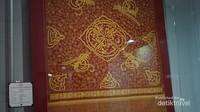 Koleksi museum, Batik dengan Motif Kaligrafi Islam Latar Lunglungan. Batik dengan daerah asal Cirebon.
