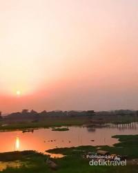 Sunset di U Bein Brigde Amarapura, salah satu sunset terindah di Kota Mandalay