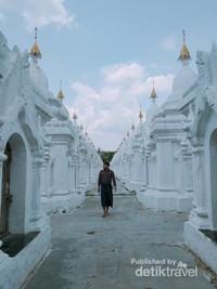 Kuthodaw adalah salah satu pagoda yang menyimpan kitab sutra Buddha yang di tulis di sebuah batu dan di tempatkan di pagoda kecil di sekelilingnya
