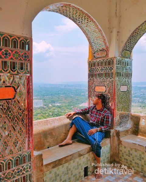 Mandalay Hill, sebagai pagoda dan biara tempat ini sangat cantik berhiaskan tembok mozaik dan tulisan serta doa-doa di sekeliling temboknya