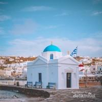 Bangunan khas Mykonos, hampir sama dengan bangunan di Santorini, yakni biru dan putih