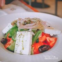 Makanan yang tidak boleh Anda lewatkan, salad khas Yunani