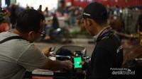 Kangmas Bekti, engineer Jogja Bike menunjukkan cara menggunakan aplikasi berbasis smartphone. Dalam masa uji coba masih gratis, nantinya dengan sistem sewa online. Modernisasi yang tetap memperhatikan aspek kearifan lokal,