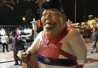 Kita para pesepeda disambut oleh Mas Bedjokarto, ikon baru Malioboro.