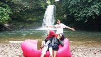 Bersama teman menikmati indahnya Riam Ampang di Kabupaten Bengkayang Kalimantan Barat