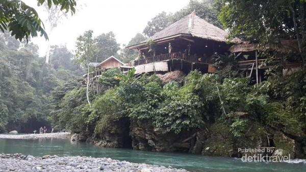 Sarapan di Restauran yang menghadap ke sungai