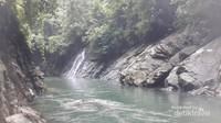 Betah berlama-lama bersantai di pinggir Sungai