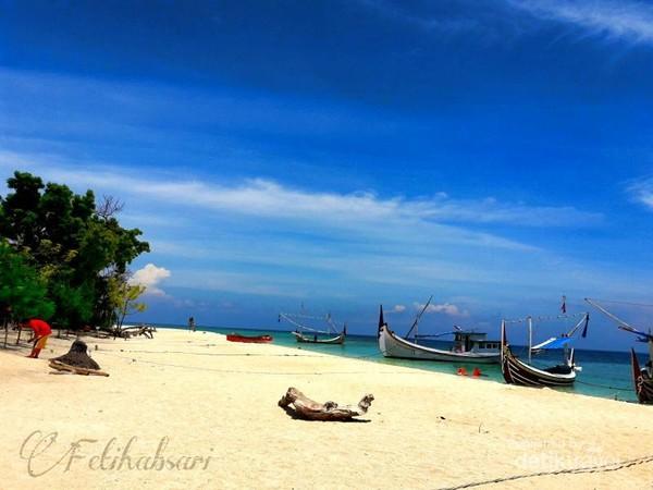 Keberadaannya yang masih sedikit diketahui wisatawan ini membuat pulau ini masih terbilang sepi dari wisatawan. Hal ini menyebabkan kita bisa bersantai dan berlama-lama menikmati keindahan di ujung timur Pulau Jawa ini.