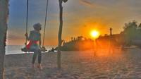 Pantai Batu Bolong menjadi spot berburu senja yang tepat.