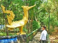 Salah satu patung seekor Burung Emas