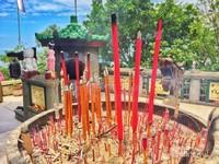 Vihara Dewi Kwan Im merupakan tempat ibadah umat buddha.