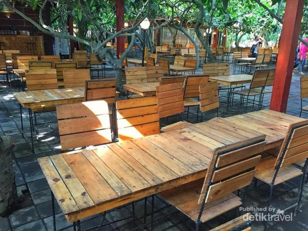 Cafe yang asri diantara pohon-pohon coklat