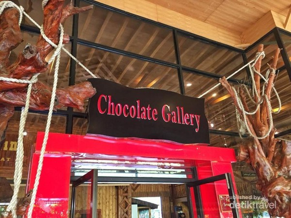 Ada chocolate gallery juga loh, pusat oleh-olehnya kampung coklat