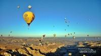 Pemandangan puluhan balon udara yang terbang di waktu yang sama