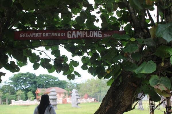 Tulisan selamat datang yang terdapat di antara rimbunya pohon. Untuk memasuki tempat ini pengunjung dikenakan tarif sukarela.
