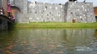 Bangunan benteng dengan jembatan yang instagenic dilengkapi kolam ikan