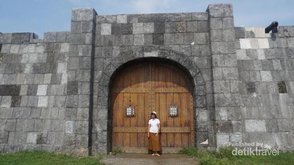 Pintu gerbang replika benteng berwarna coklat tua menjadi tempat berfoto yang cukup diminati. Terbukti saat saya datang serombongan pelajar tengah melakukan pemotretan yang cukup lama di tempat ini
