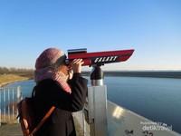 Menikmati pemandangan Zeeland dengan teropong yang disediakan pihak museum