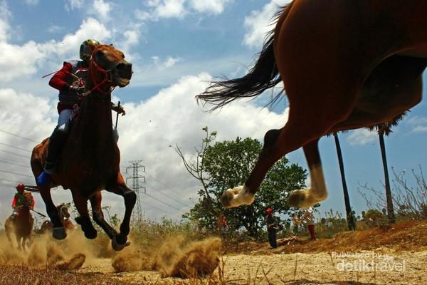 Seorang Joki bersama kudanya saling memacu untuk memimpin di Pertandingan Bupati Cup II yang di adakan Sekali Setahun di Kabupaten Jeneponto ini.