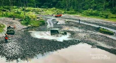 Terabas Trek Offroad Gunung Merapi Pakai Mobil Lawas