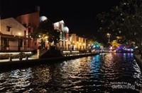 Kanal yang tenang dan meneduhkan hati di antara warna-warni  cahaya lampu