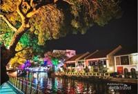 Warna-warni lampu yang menghiasi tepi kanal