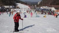Ada banyak orang yang bermain ski