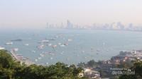 Kapal dan speedboat yang melintas di Teluk Pattaya dapat terlihat dengan jelas